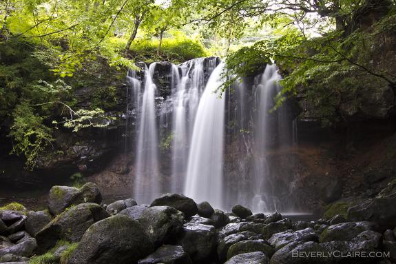 Gently falling water. 穏やかな落水。