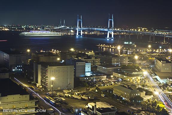 Yokohama Bay Bridge behind the Yamashita wharf. 横浜ベイブリッジと山下埠頭。
